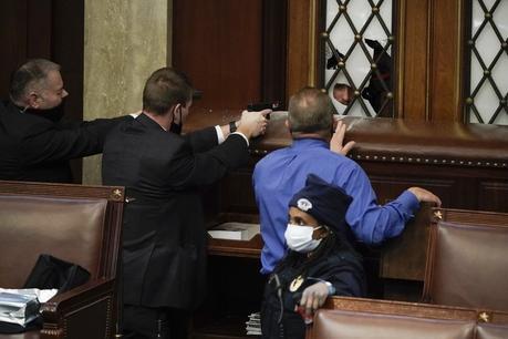 Murió oficial de policía herido en el Capitolio, elevando el número de muertes a cinco