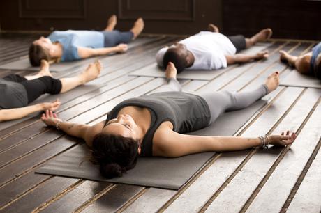 Posturas de yoga para ayudarte a dormir mejor