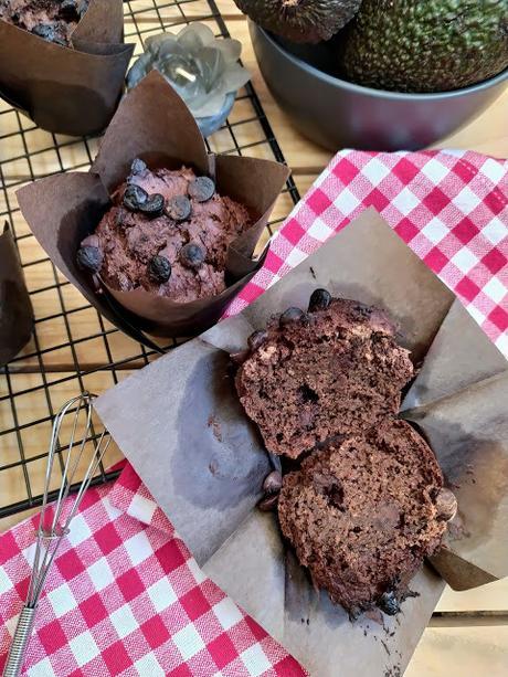 Muffins integrales de aguacate y chocolate. Receta saludable. Desayuno, merienda postre. Vegano Invierno, horno Cuca