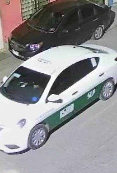 Sujetos a bordo del taxi 1580 vandalizan autos Uber