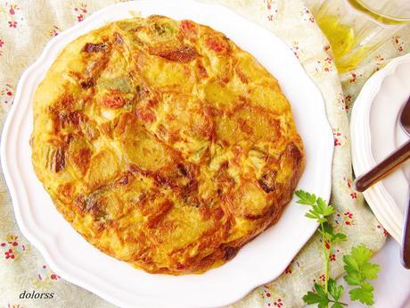 Tortilla de patatas, cebolla y  pimiento con  chistorra