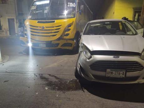 Tremendo susto: camión choca vehículo con familia abordo en Pedro Montoya