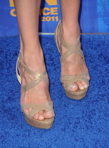 TV Personality Cat Deeley (fashion detail) arrives at the 2011 Teen Choice Awards held at the Gibson Amphitheatre on August 7, 2011 in Universal City, California.
