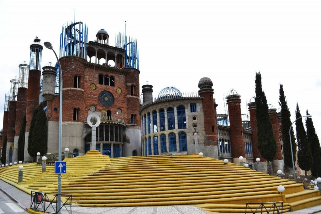 Una catedral construida con material reciclado