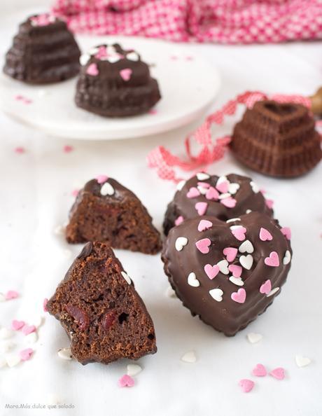 Bizcochos de chocolate y cerezas en almíbar