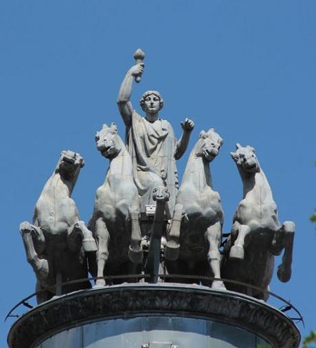 Aurora, la escultura que ilumina Madrid cada día