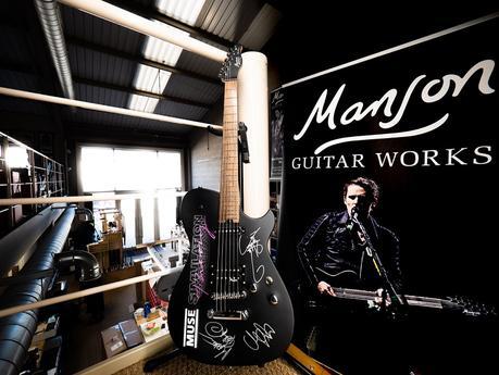 Muse subastan una guitarra para ayudar a los técnicos de los conciertos