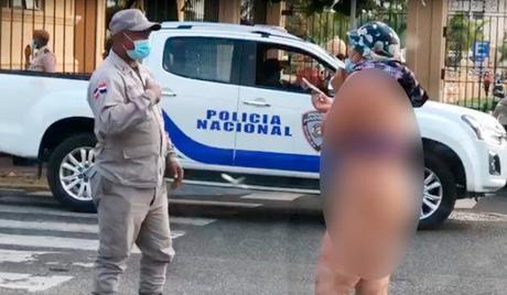 Mujer se desnuda frente a Palacio de gobierno en reclamo de prestaciones laborales.