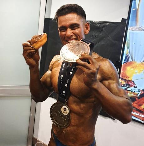 Ajay Sharma con un concurso de medallas
