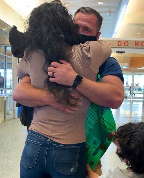 Ashley Moore se reencuentra con su esposo en el aeropuerto