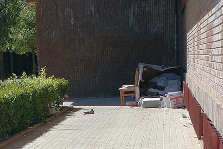 Imagen 3: centenares  de indigentes duermen en  cartones y plásticos en las calles,  plazas y jardines de la ciudad de Valencia.  en la ciudad de Valencia.