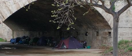 Imagen 2: Decenas de indigentes duermen en  campamentos bajo los puentes del antiguo río Turia en la ciudad de Valencia.