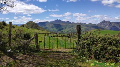 Acceso a la finca por la que subiremos al Matacaleao
