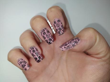 Diseño de uñas para primavera en rosa y negro con flores