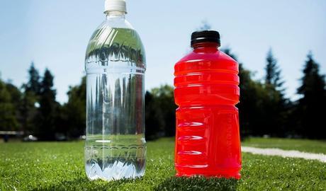 Agua o bebidas isotónicas ¿Qué es mejor para un ciclista?