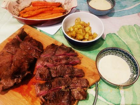Flat iron steak con zanahorias asadas y salsa de queso azul