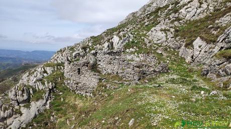 Restos de construcción bajando del Pico Trigueiro