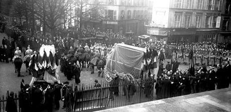 En 1916, roba en Carmena, huye a París y lo expulsan por espía