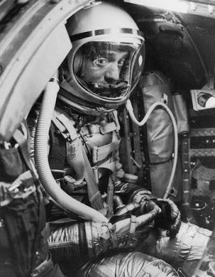 ¿Por qué los cosmonautas rusos orinan sobre un neumático antes de salir al espacio?)