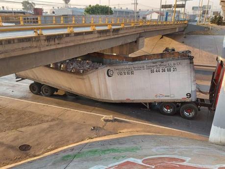 Tráiler con cientos de despensas se atora en el bulevar Río Santiago