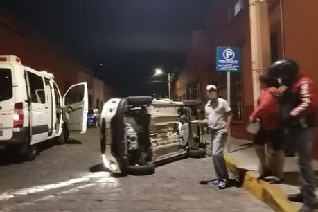 Vehículo vuelca en calle Morelos en el Centro Histórico