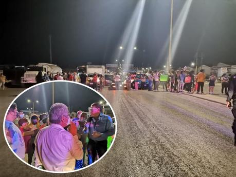 Colonos bloquean Carretera Rioverde por falta de agua.
