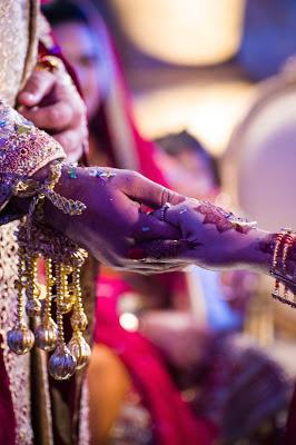 Novios hindúes de la mano