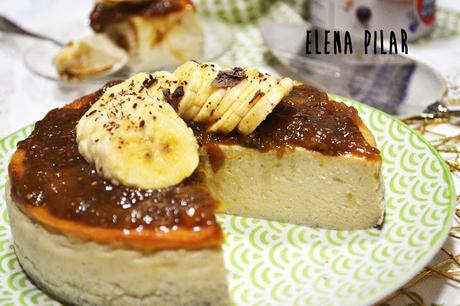Cheesecake cremosa de plátano y mango, con leche condensada y mermelada de mango y chía