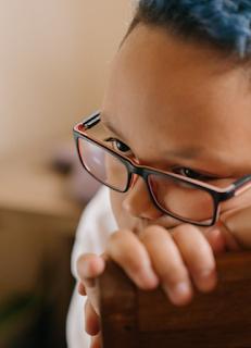 Resultados de dos años indican que los lentes retrasan la miopía en 67%.