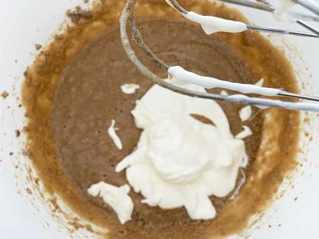 delikatissen sur cream chocolate crumb cake sour cream cake recetas delikatissen postre rápido postre fácil postre con bizcocho y helado easy dessert crumble cake chocolate crumb chocolate cake