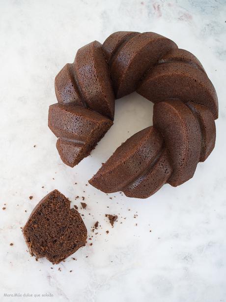 Bundt cake de cacao y almendra. Vídeoreceta