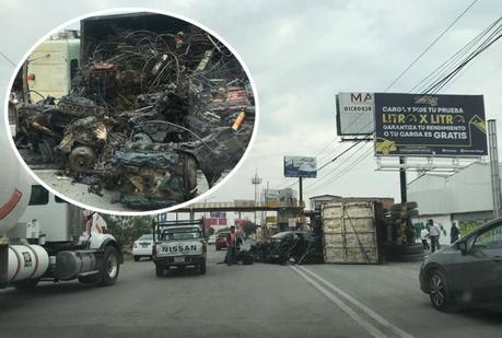 Camión con chatarra vuelca en la Carretera 57