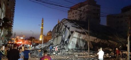 Israel derriba con misiles edificio de 13 pisos en Gaza