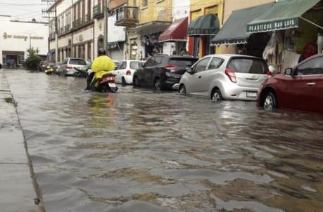 Malas condiciones de las calles y lluvia provocan caos en la ciudad
