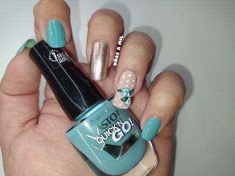 Diseño de uñas con flores en azul