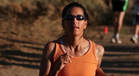 Mujer corriendo un maratón