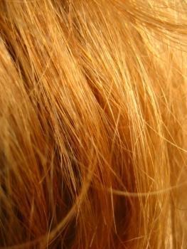 Rubio intenso o rojo vibrante para un cabello a todo color
