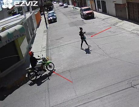(Video) Motociclista agrede sexualmente a mujer en Los Reyes