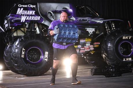 Brian Shaw cargando un motor pesado