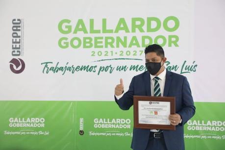 Gallardo recibe constancia de gobernador del CEEPAC