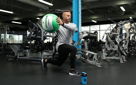 Estocada con giro de balón medicinal para mayor movilidad.