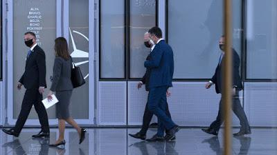 Fugaz encuentro entre Pedro Sánchez y Joe Biden en la cumbre de la OTAN.
