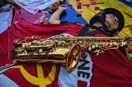 Puede ser una imagen de una o varias personas y saxofón