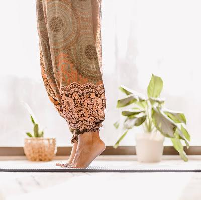 Mujer descalza sobre una esterilla