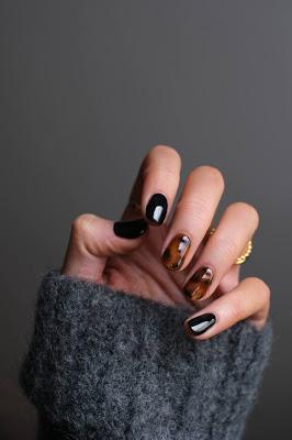 Manicura bicolor en tonos oscuros