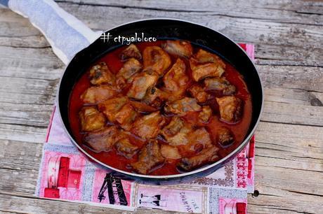 Costillas de cerdo guisadas en salsa de ajo
