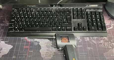 Usa un soplador de polvo para limpiar tu teclado