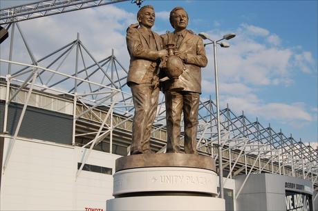 Brian Clough posee una estatua junto a Peter Tylor que recuerda sus hazañas.