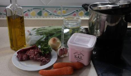 Los ingredientes necesarios para hacer judías verdes con carne de ternera