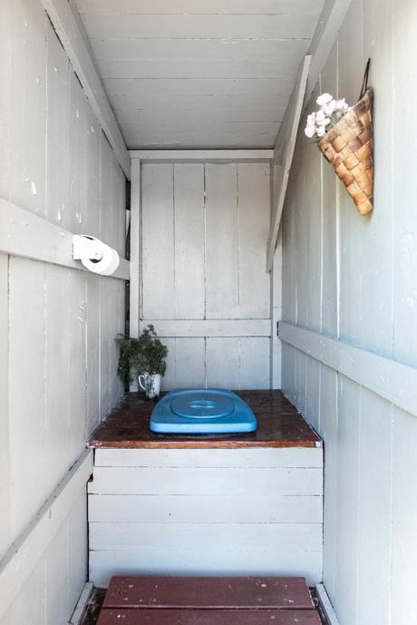 delikatissen vacation house summer house suecia sommerhus scandinavian cabin nordic cabin holiday house estilo nórdico casita de madera casa negra de madera casa junto al lago cabaña sueca cabaña de madera black wood cabin